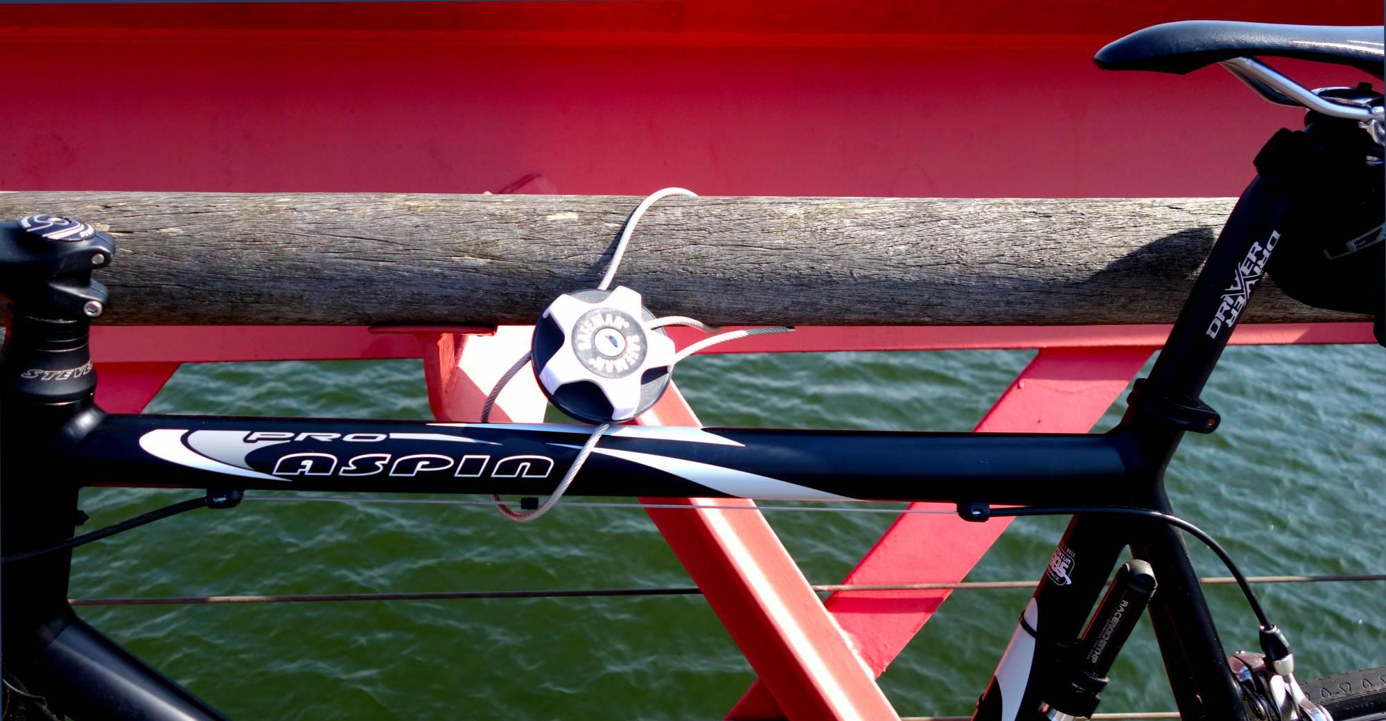 Door de unieke vlinderconstructie van het Safeman fietsslot , zet je eenvoudig je fiets vast aan een andere fiets of een vast object.